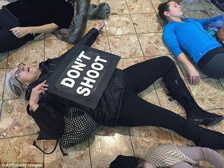 Một người biểu tình giơ khẩu hiệu tẩy chay Ngày thứ Sáu Đen.