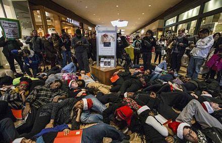 Người biểu tình nằm giả chết tại một trung tâm mua sắm.