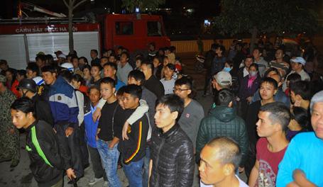 Rất đông người dân tập trung bên ngoài theo dõi lực lượng chức năng dập lửa.