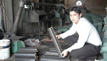 Tỷ phú nông dân trẻ Lê Trường An tại xưởng sản xuất củi trấu sinh học