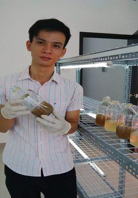 Tỷ phú nông dân trẻ Ngô Kim Lai trong phòng thí nghiệm nuôi trồng đông trùng hạ thảo ở công ty