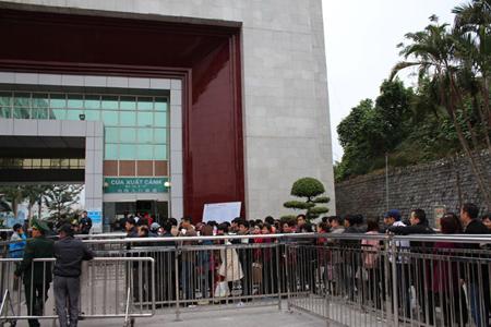 Người dân xếp hàng làm thủ tục nhập hàng vào Việt Nam.
