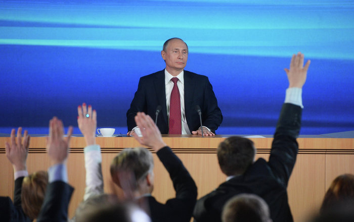 Các nhà báo giơ tay đặt câu hỏi cho Tổng thống Nga.