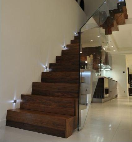 Trang hoàng ngôi nhà bằng chiếu sáng cầu thang