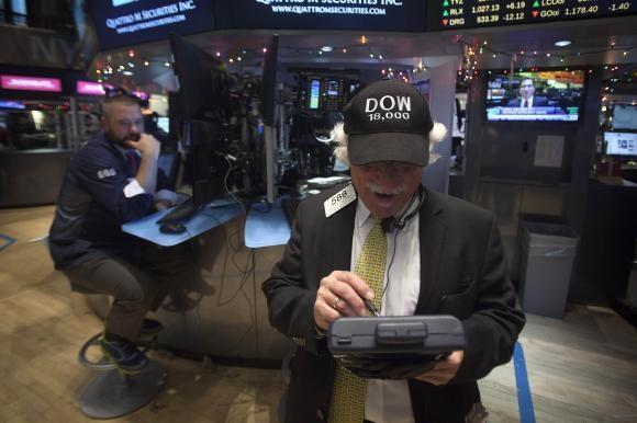 """Bất ngờ """"nhận quà Giáng sinh"""", Dow Jones lần đầu vượt 18.000 điểm"""