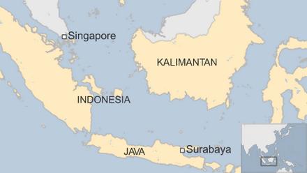 Thân nhân hành khách khóc ròng chờ tin máy bay AirAsia mất tích
