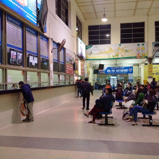 Cảnh người dân ngồi đợi mua vé lúc 21 giờ tối qua ở bến xe Mỹ Đình