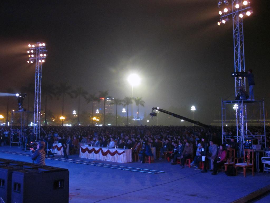 Bất chấp giá rét, hàng nghìn người dân vẫn đến để thưởng thức chương trình này.