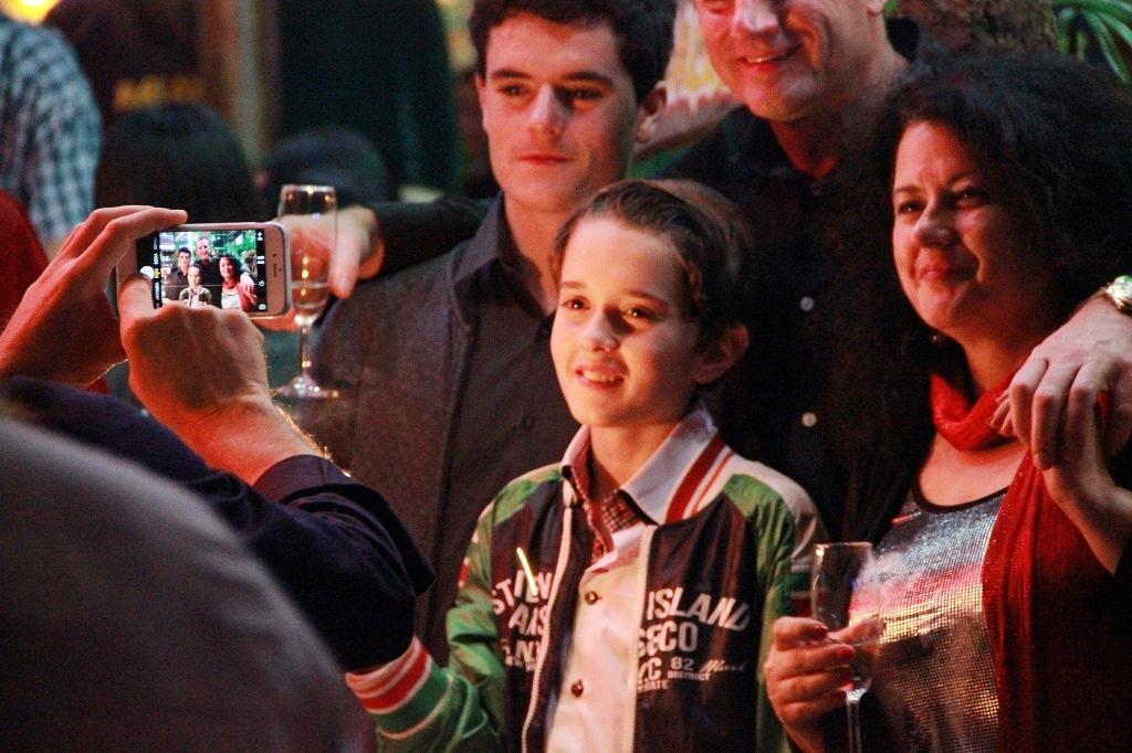 Một gia đình người nước ngoài nhờ bạn chụp lại khoảnh khắc năm mới cho các thành viên