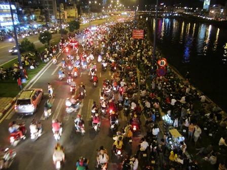 Hàng trăm người dân tập trung đông nghẹt trên đại lộ Võ Văn Kiệt