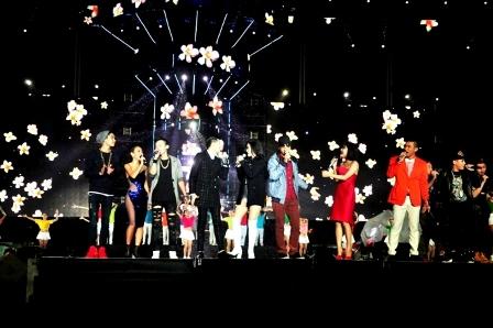 Các ca sĩ hát mừng năm mới