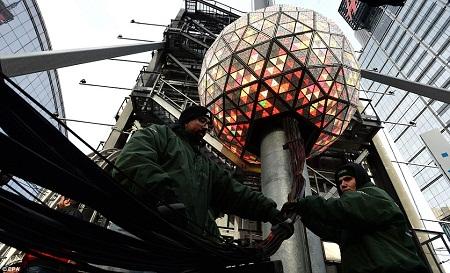 Hoạt động kiểm tra quả cầu pha lê trên quảng trường Thời đại trước thời khắc quan trọng.