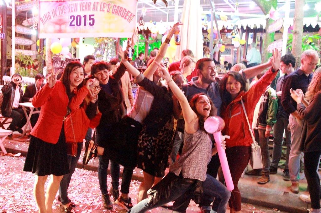 Niềm vui vỡ òa đối với hàng ngàn khách Tây và người Việt Nam tại phố Tây Huế vào 0h ngày 1/1/2015