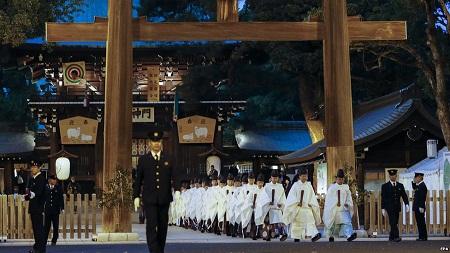 Nghi lễ trước thềm năm mới tại ngôi đền Meiji ở Tokyo, Nhật.