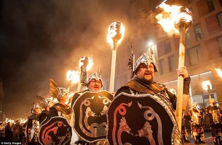 Diễu hành đón chào năm mới ở Bishkek, Kyrgyzstan.