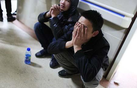 Người nhà các nạn nhân ùa vào một bệnh viện khiến công an và bảo vệ vất vả ngăn chặn