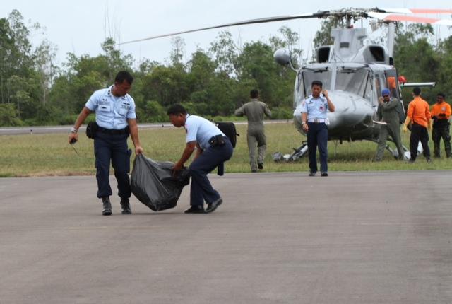 Phát hiện 4 mảnh vỡ của máy bay AirAsia