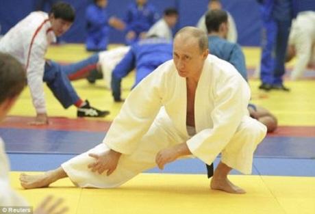 Tổng thống Nga Putin trong trang phục võ Judo. Ảnh: Daily Mail