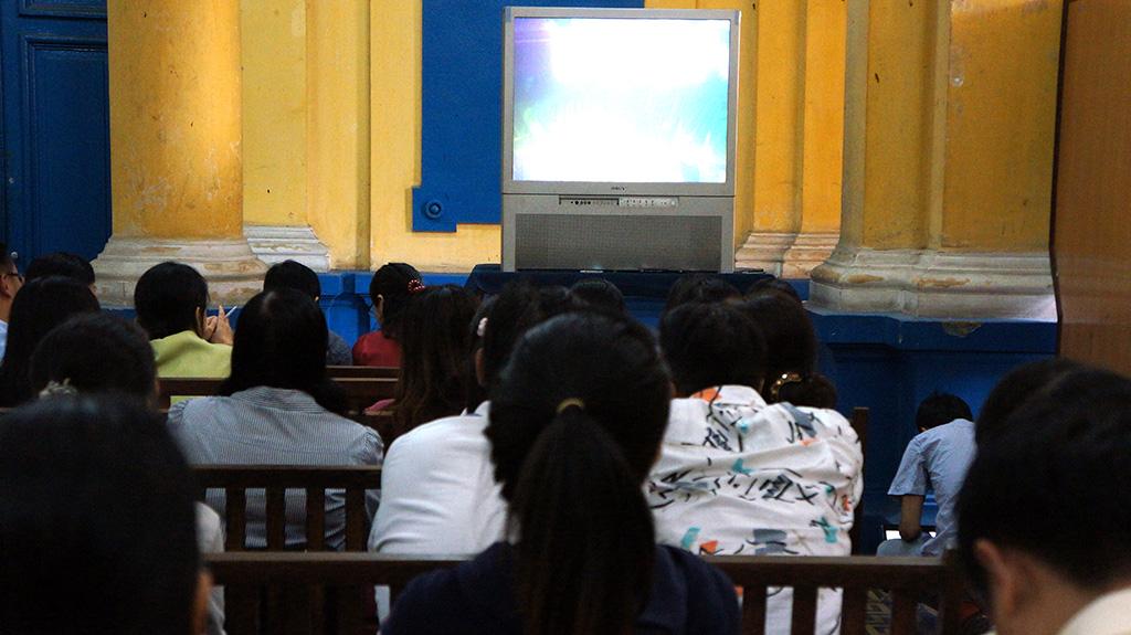 Nhiều người theo dõi phiên tòa phúc phẩm ngày cuối cùng qua 2 màn hình trước phòng xét xử A