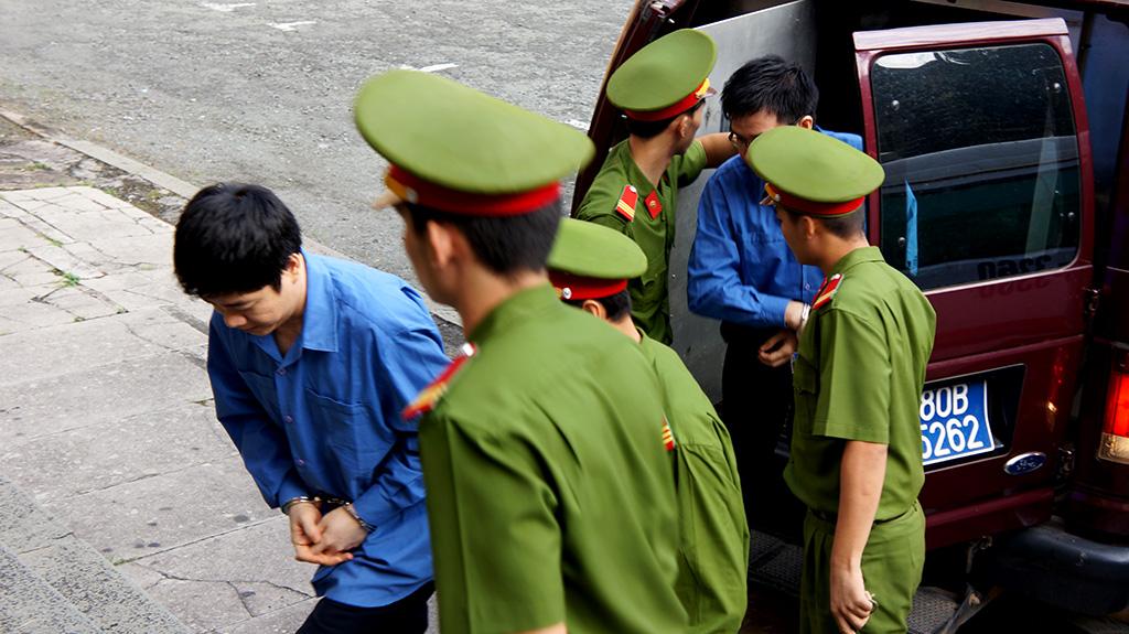 Các bị cáo khác được dẫn giải từ xe đặc chủng ra ngoài