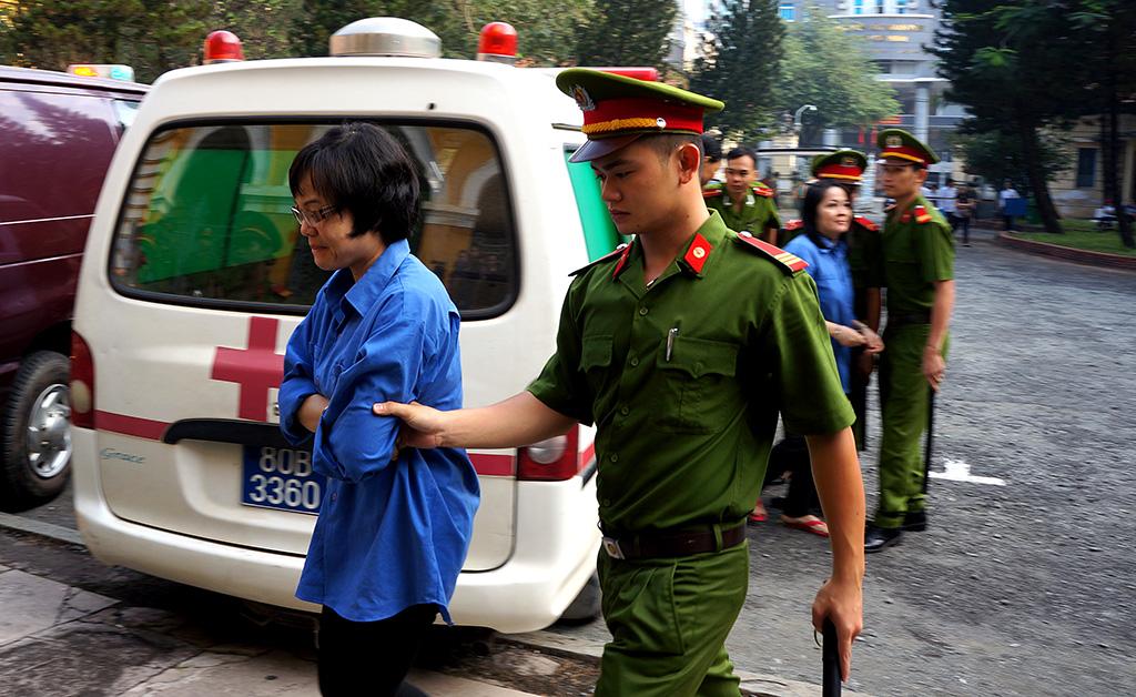 Huyền Như được dẫn giải vào phòng xét xử.