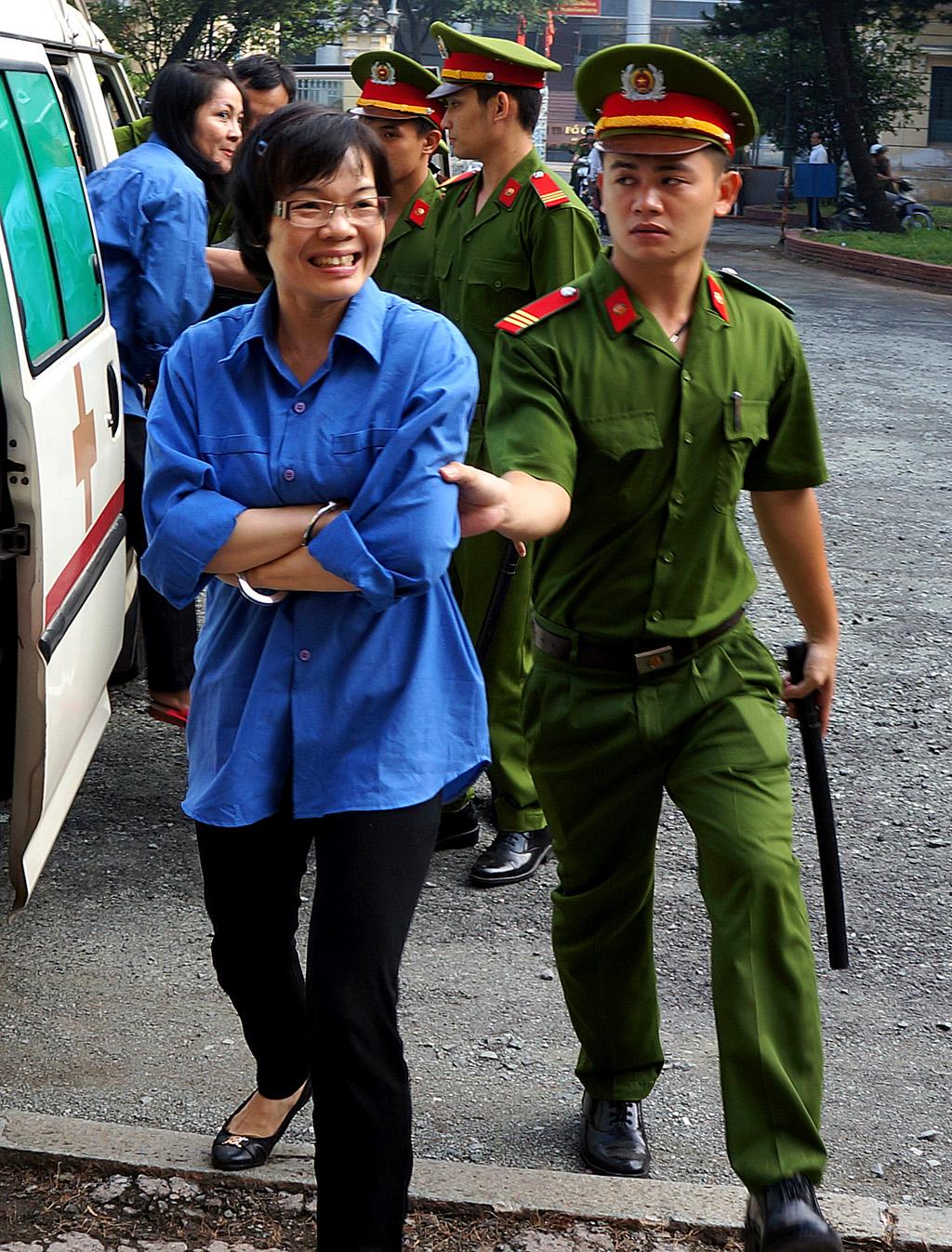 Huyền Như nở nụ cười với người thân khi vừa bước xuống xe cứu thương.