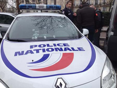 Trên đường chạy trốn, các nghi phạm đã xả súng về phía xe cảnh sát, khiến 1 người bị thương. (Ảnh: