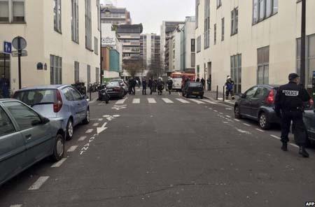Cảnh sát phong tỏa tuyến phố xảy ra vụ nổ súng (Ảnh: