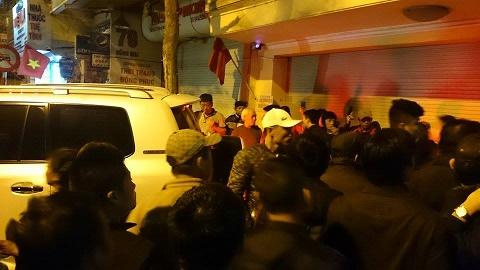 Nhiều người hiếu kỳ đứng bên ngoài nhà bà Châu Thị Thu Nga