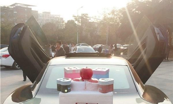Đi xế khủng bán táo dạo: người giàu Trung Quốc chơi ngông