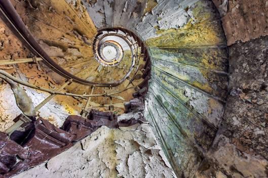 Vẻ đẹp kỳ lạ của ngôi nhà bỏ hoang