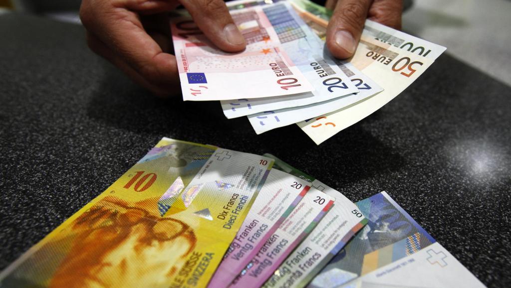 Đồng Franc thả nổi, hai ngân hàng đầu tiên mất 150 triệu USD
