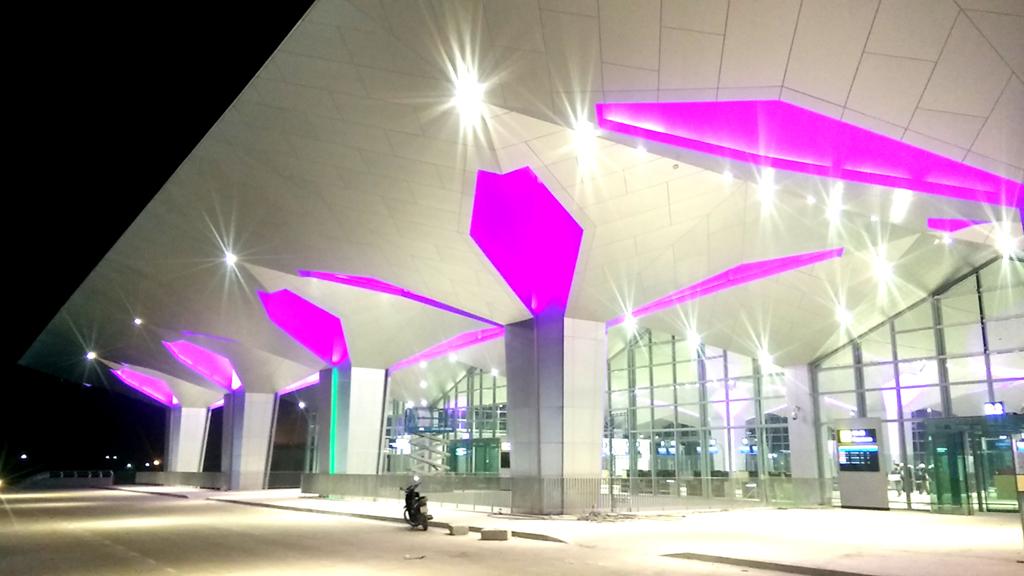 Sảnh phía ngoài nhà ga hành khách thoáng đãng, thiết kế đẹp.