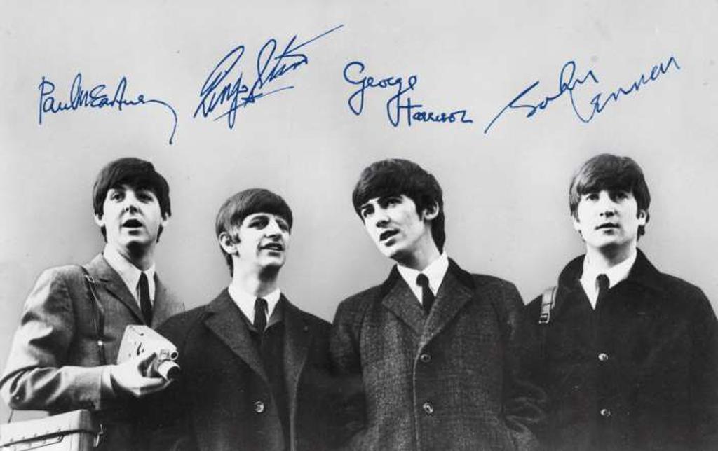 Bức ảnh có đầy đủ chữ ký của cả bốn thành viên ban nhạc The Beatles có giá từ 900 triệu đồng
