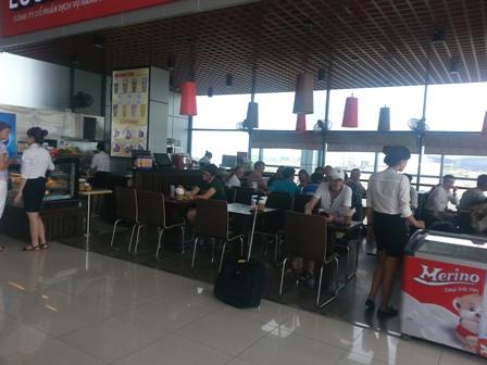 Bị đóng cửa hàng vì bán 100.000 đồng/bát mỳ tôm tại sân bay