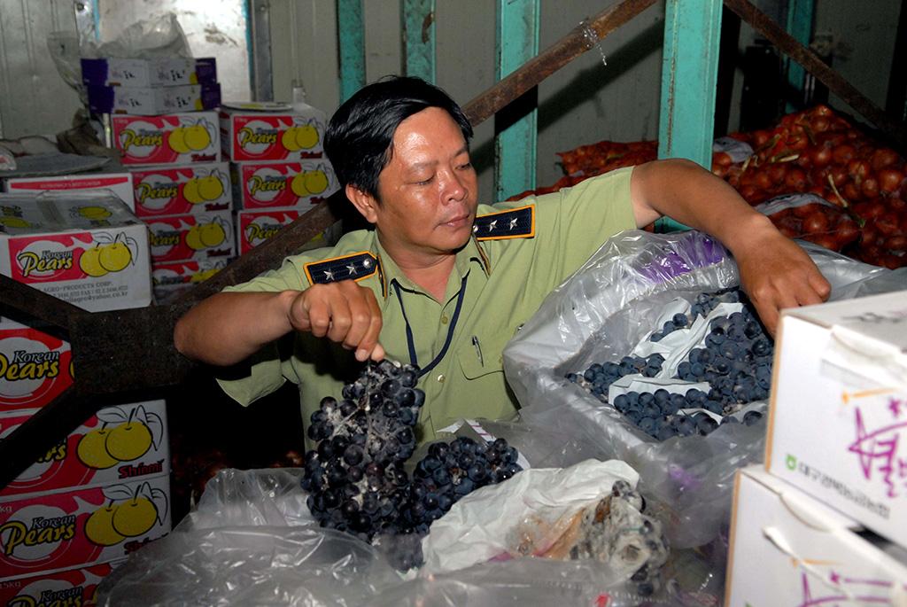 """Thu giữ hàng chục tấn trái cây """"mập mờ"""" nguồn gốc tại chợ nông sản"""