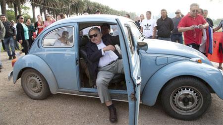 """Chiếc xe khiêm tốn của Tổng thống """"nghèo"""" nhất thế giới"""