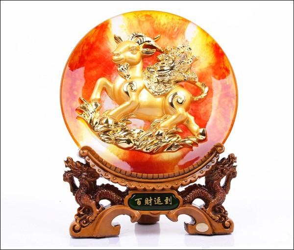 Trang trí Tết với chiếc đĩa in hình dê nổi có màu sắc bắt mắt và trạm trổ công phu