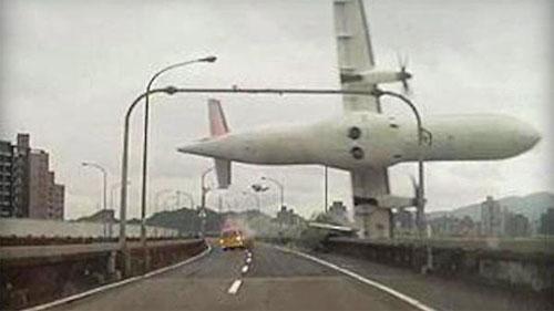 """Nạn nhân """"rơi từ trên trời xuống"""" khi máy bay Đài Loan lao xuống sông"""