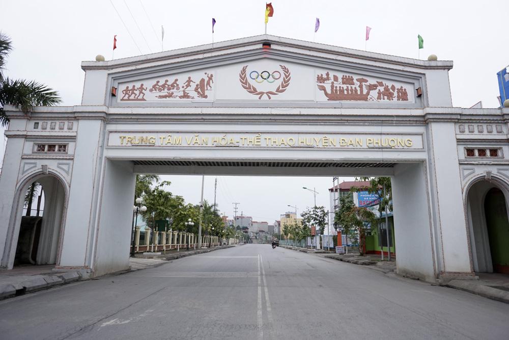 Cổng chào lớn trên đường dẫn vào tổ hợp Văn hóa - Thể thao huyện Đan Phượng.