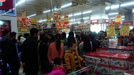 Lượng người đổ về các siêu thị mua sắm Tết tăng đột biến