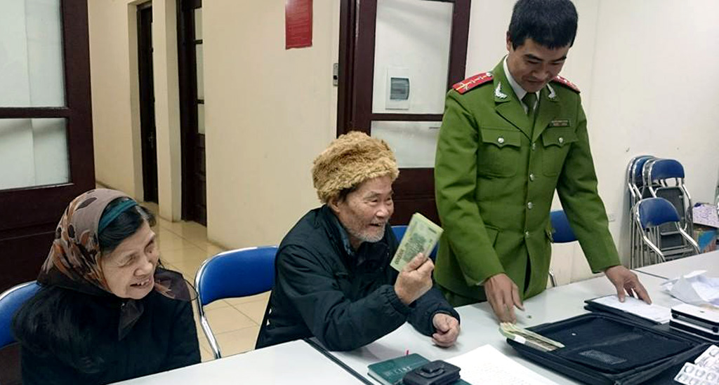 Cụ San vui mừng khi đến trụ sở CAP Bạch Đằng nhận lại tài sản.