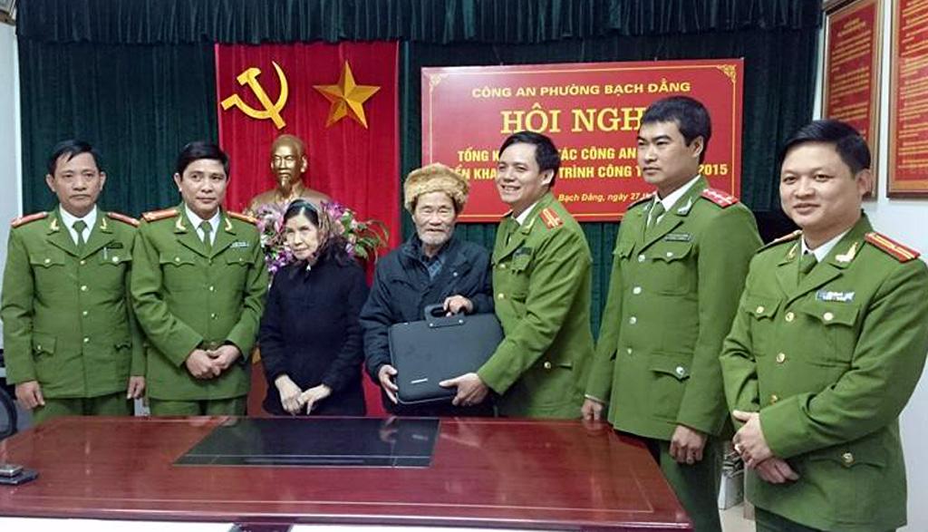 Công an phường Bạch Đằng trao lại tài sản cho vợ chồng cụ San.
