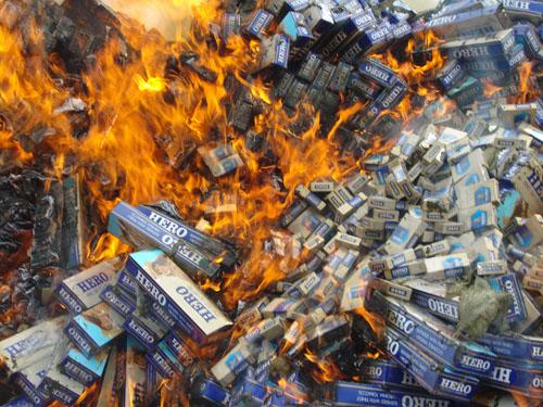 Bắt giữ, tiêu hủy 1 bao thuốc lá được 3.500 đồng!