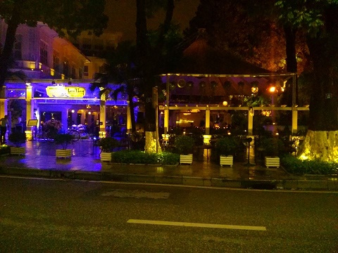 Nhà hàng sang lập bãi trông xe sai phép ngay cạnh Hồ Gươm