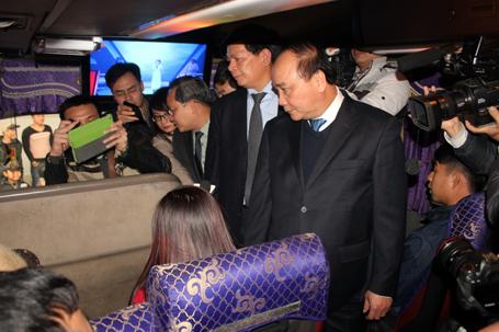 Phó Thủ tướng lên xe hỏi thăm hành khách để nắm thông tin giá vé những ngày giáp Tết