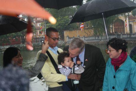 Đại sứ Ted Osius cưng nựng cậu con trai Tabo mới1 tuổi. (Ảnh: