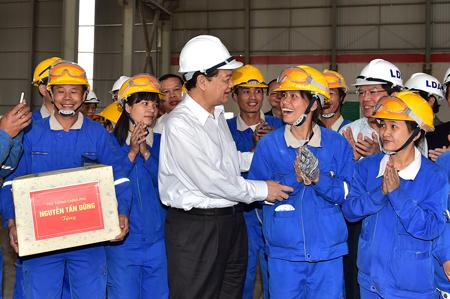 Thủ tướng tặng quà động viên công nhân lao động tại nhà máy.