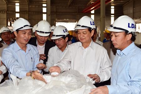 Thủ tướng kiểm tra bột alumin thành phẩm.