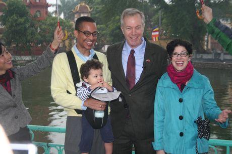 Gia đình Đại sứ Mỹ và Tổng lãnh sự Rena Bitter chụp ảnh lưu niệm trước chùa Trấn Quốc. (Ảnh: